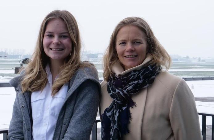 Finette (14) met directeur Hanne Buis van Lelystad Airport.