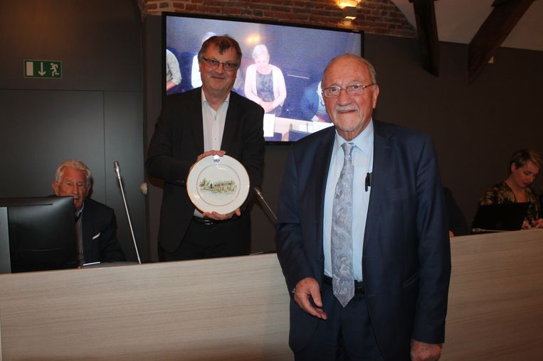 Ere-burgemeester Jef Valkeniers nam op gepaste wijze afscheid van de Dilbeekse gemeenteraad. Als afscheidscadeau overhandigde hij een antiek bord aan het gemeentebestuur.