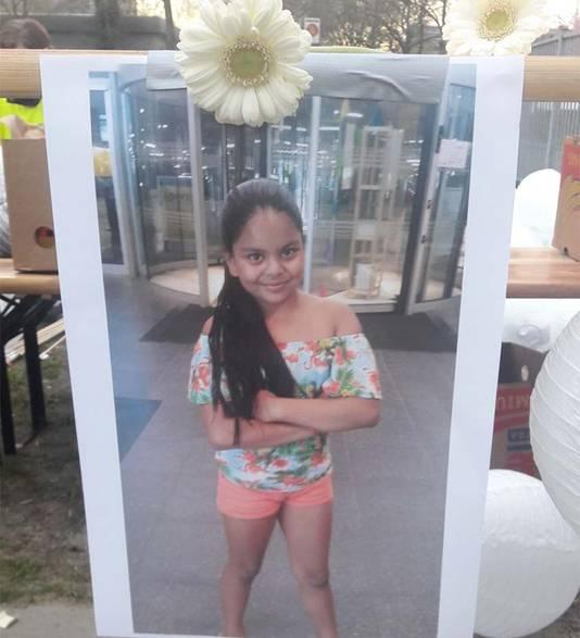 Bij de school hing een foto van het doodgestoken meisje. © AD