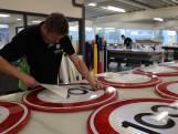 Verkeersbordenfabrikant draait overuren: 'Wel een probleem als het toch 90 wordt'