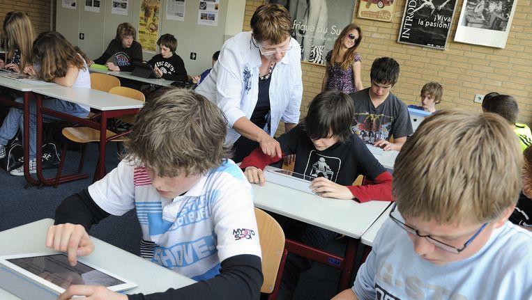 Leerlingen van het Hondsrugcollege in Emmen maken gebruik van iPads tijdens de les. Beeld anp