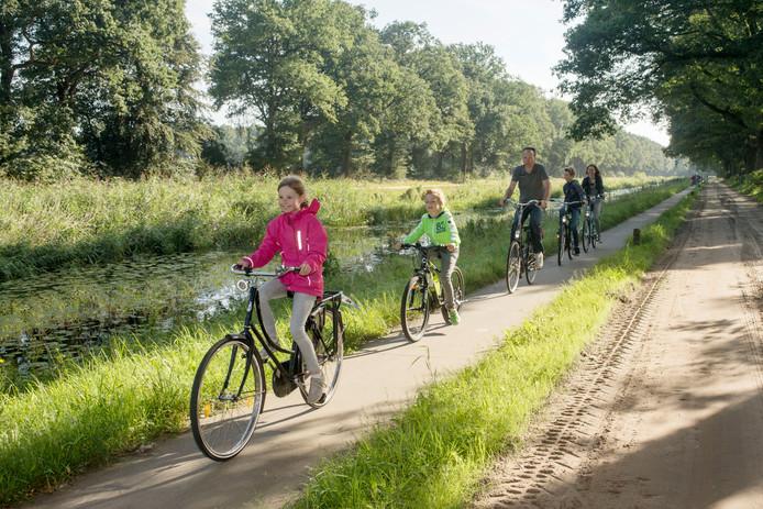 Het fietspad langs het kanaal Almelo-Nordhorn.