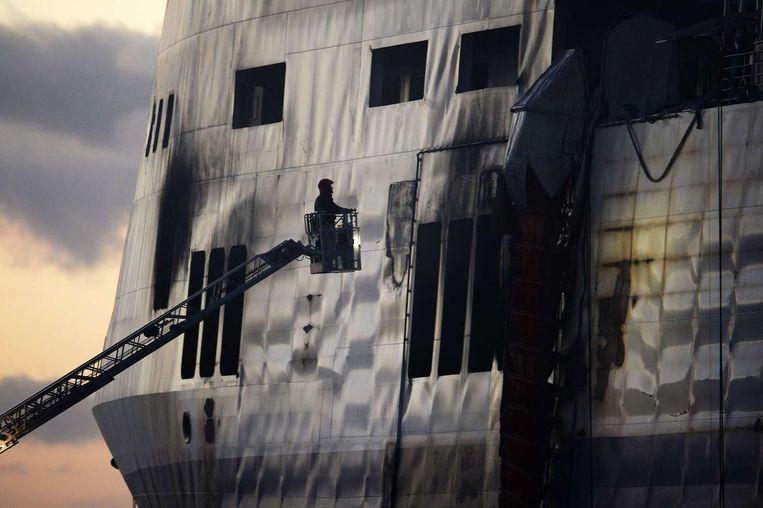 Een Italiaanse brandweerman bekijkt de Norman Atlantic. Beeld afp