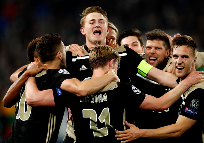Spelers van Ajax vieren feest na de winst op Juventus.