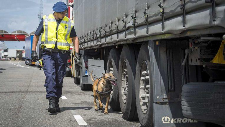 De marechaussee controleert een vrachtwagen bij Hoek van Holland. Beeld ANP