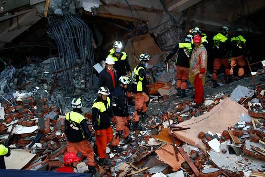 Reddingswerkers zijn op zoek naar overlevenden.