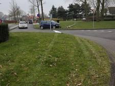 Vrouw rijdt dwars over rotonde lantaarnpaal uit de grond in Roosendaal
