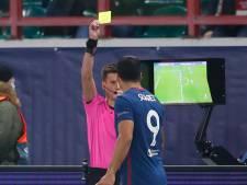 Gele kaart voor Luis Suárez na meekijken op VAR-scherm