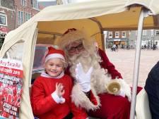 Honderden Westlanders in felrode Santa-pakken rennen zaterdag door de straten van Naaldwijk