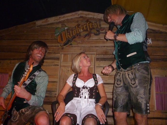 Met het lied Du bist alles, werd Kim uit Schijndel door Die Tolle Leute op het podium getrokken.