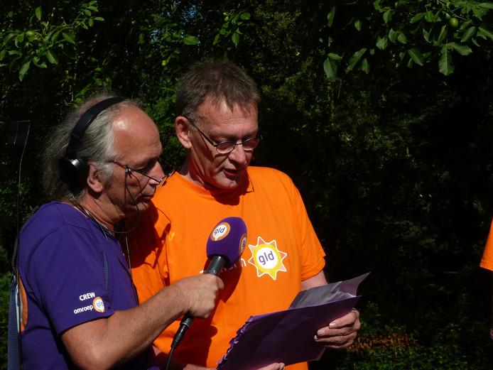 Leo Nugteren (rechts) leest de opdracht voor aan Team Rossum.