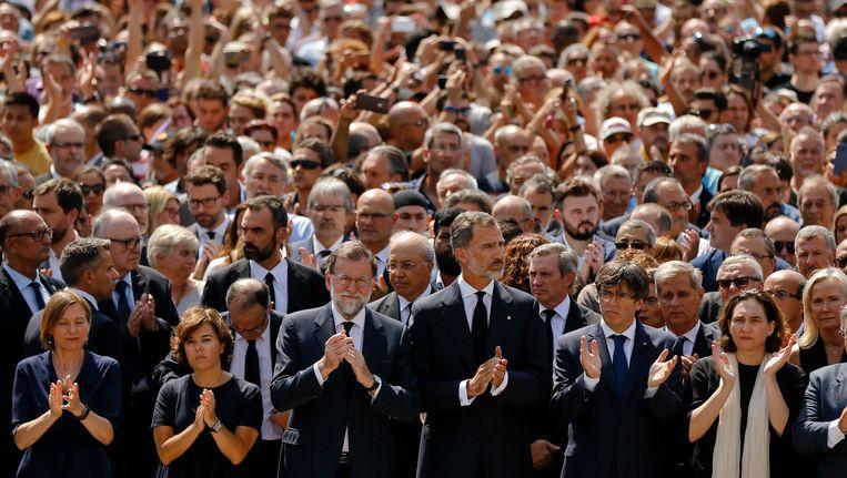 Koning Felipe van Spanje (vierde van links) met links van hem premier Mariano Rajoy na de minuut stilte voor de slachtoffers van Las Ramblas in Barcelona. Beeld ap