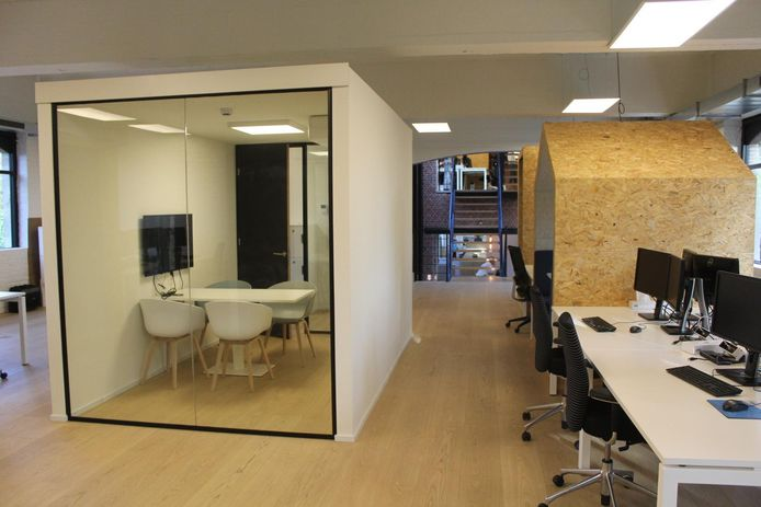 De paardenstallen werden opgebouwd tot moderne kantoorruimtes.