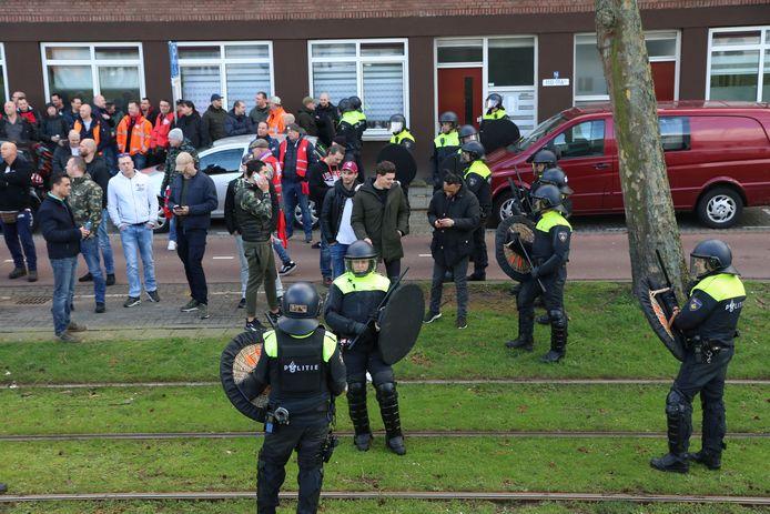 ME grijpt in bij de Brielselaan in Rotterdam.