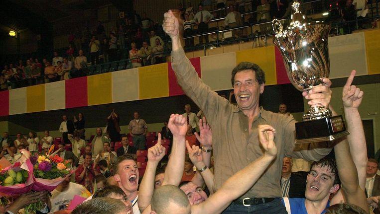 Basketbalcoach Ton Boot in 2004, met de beker, op de schouders van zijn toenmalige ploeg MPC Capitals uit Groningen. Beeld anp