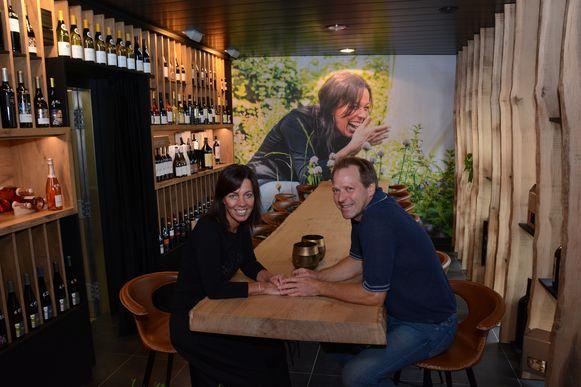Wijn- en tapasbar CréaVino kan enkel bubbels ontvangen want aan de lange tafel met 18 couverts kan het koppel geen sociale afstand garanderen.
