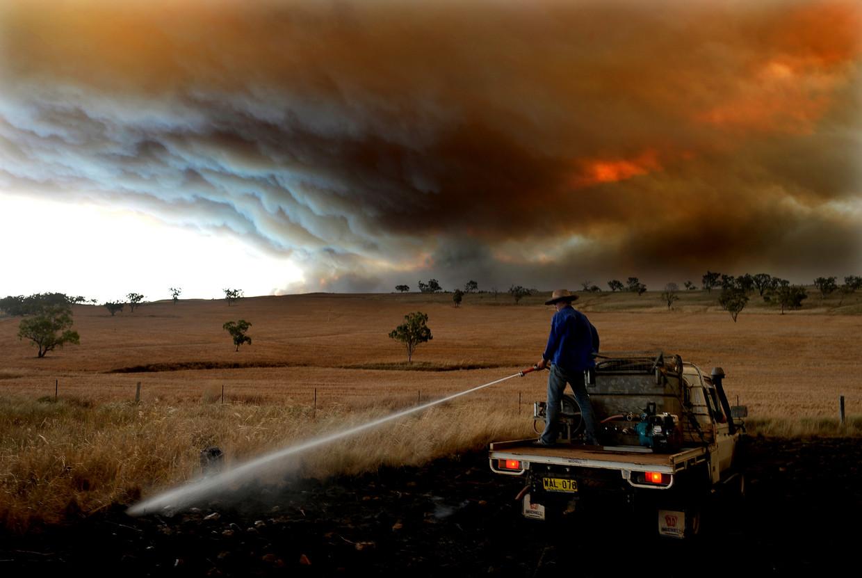 Februari 2017. Een boer is aan het blussen op zijn land in New South Wales, Australië.