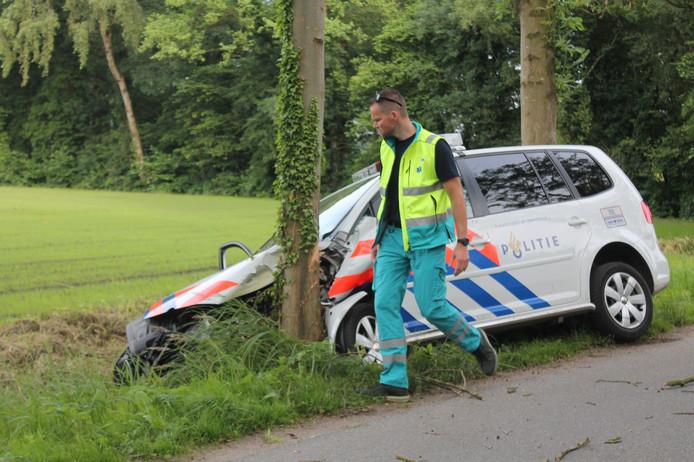 De schade na het ongeval met de politiewagen. Foto: A.S. Media