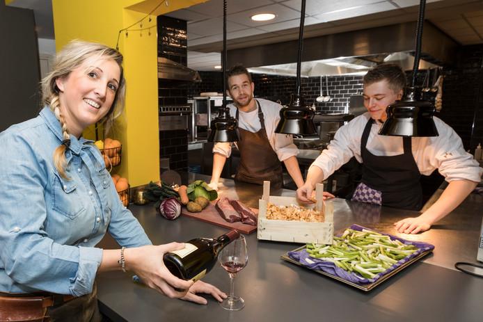 Sanne van Miltenburg en haar keukenbrigade.