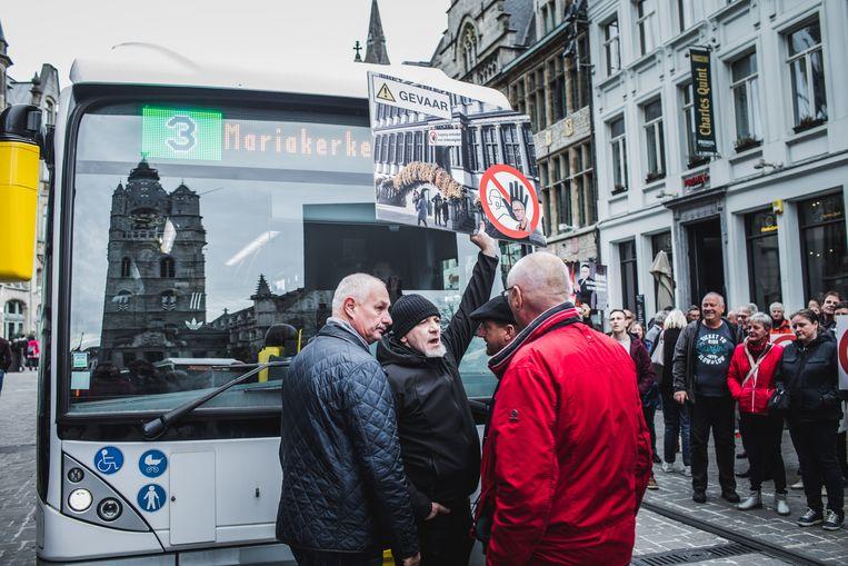 Een bus van De Lijn werd enkele minuten staande gehouden.