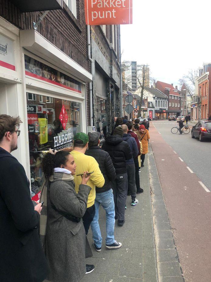 Rij bij Level in Tilburg. De deuren zijn rond 18.10 uur al gesloten en klanten worden weggestuurd.