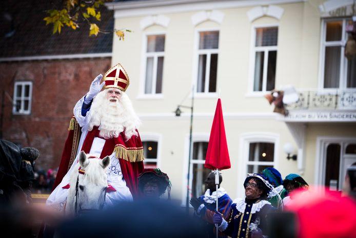 Sinterklaas komt aan in het centrum van Dokkum in november vorig jaar.