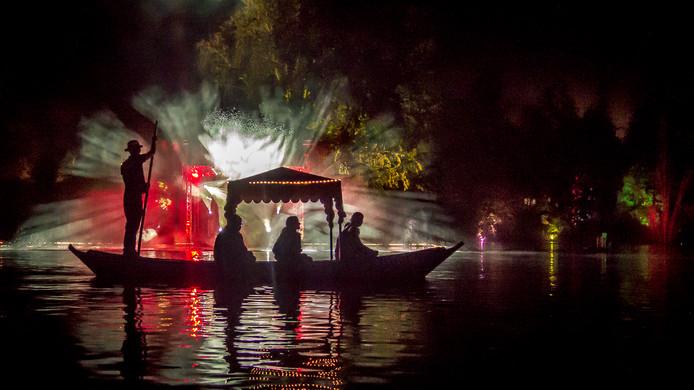 Bezoekers kunnen een romantische gondelvaart maken tijdens het Lumido Lichtjesfestival in Apeldoorn.