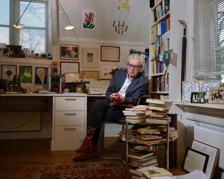 Jan Siebelink in zijn schrijfkamer Beeld Erik Smits