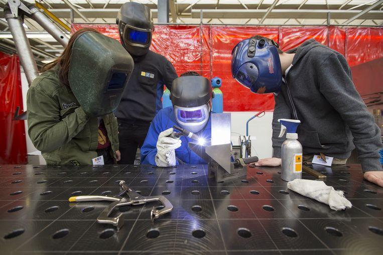 Leerlingen mogen zelf aan de slag bij een bezoek aan een metaalbedrijf. Beeld ANP