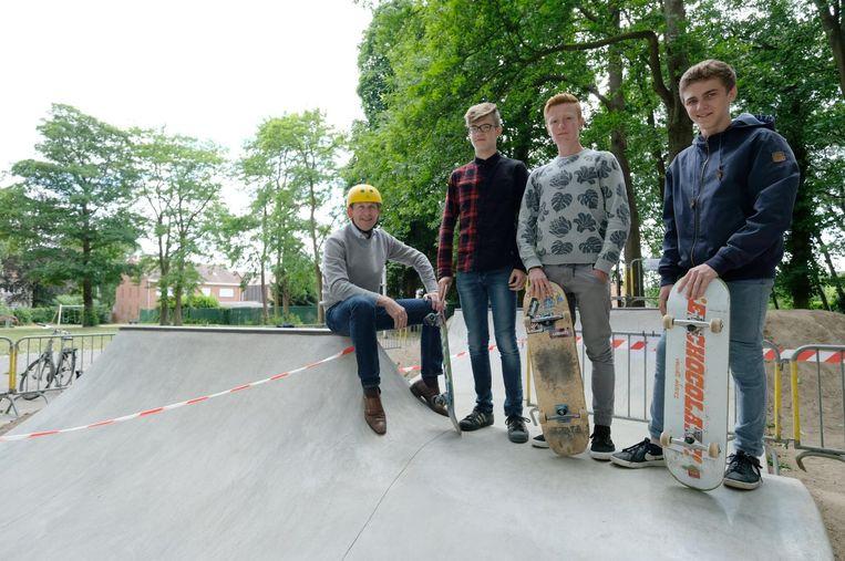 Jan Fonderie met enkele skaters aan de ramp.