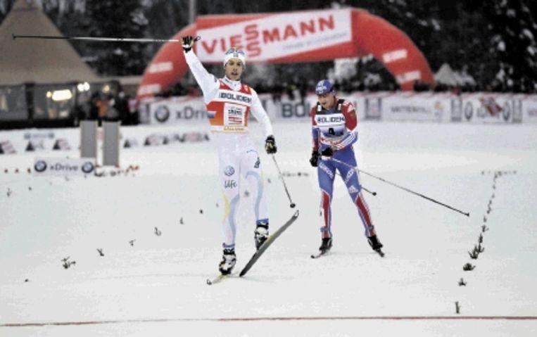 De Zweedse skiloper Hellner verslaat de Rus Legkov op de 4x10 kilometer aflossing in Gallivare. (FOTO REUTERS) Beeld REUTERS