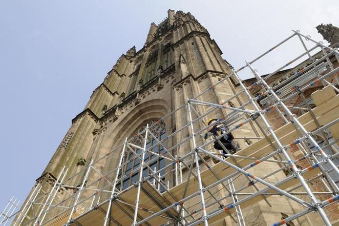 De toren van de Eusebiuskerk toen die nog niet in de steigers stond voor de renovatie. foto Marina Popova