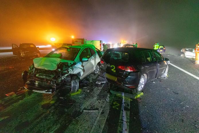 Tientallen auto's zijn tijdens oudejaarsdag op de A32 in dichte mist op elkaar gebotst. Daarbij viel een dode en negentien gewonden.