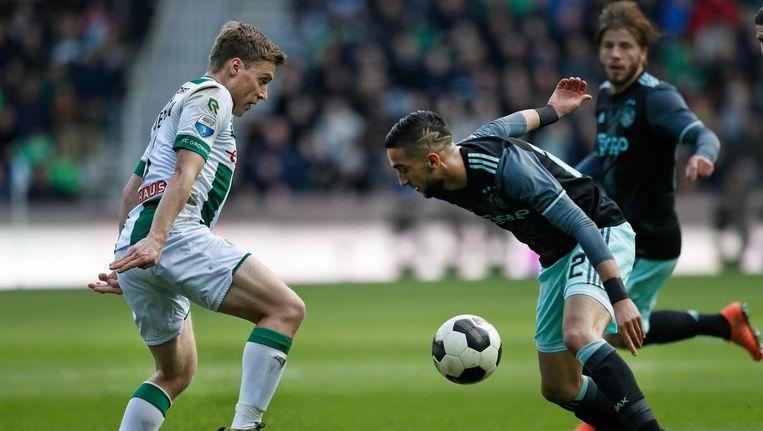 Hakim Ziyech in duel met Ruben Jenssen van FC Groningen Beeld Pro Shots