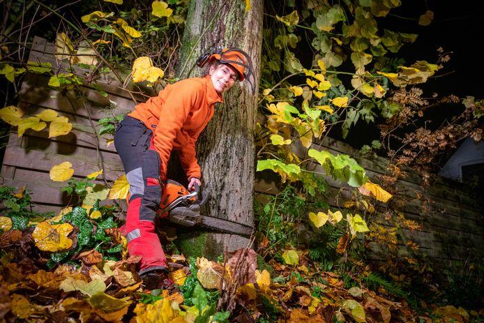 Iris Janssen bijna klaar om de boom om te zeggen.