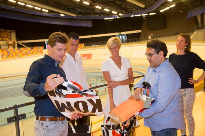 Vertegenwoordigers van de Techniekfabriek laten in Omnisport de eerste resultaten zien aan Rens Kamphuis (Libéma), Gerwin Vink (Bos Vlaggen) en Reinou de Haan (gemeente Apeldoorn).