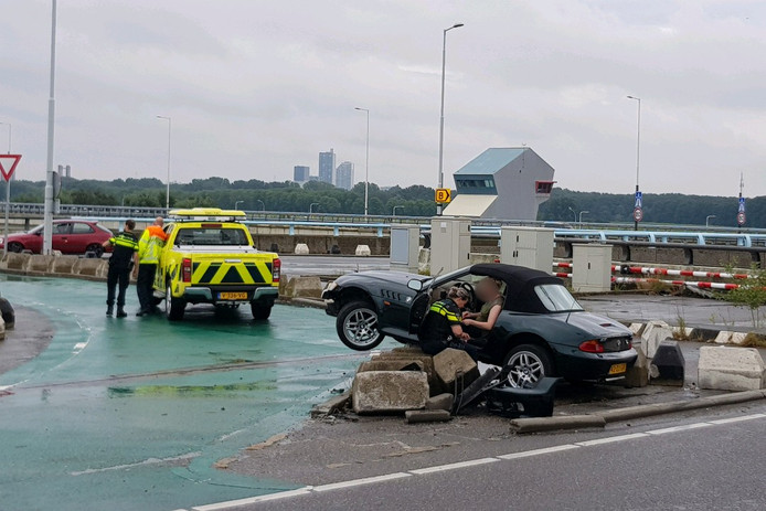 Deze auto belandde op het talud bij het Hartelkruis in Spijkenisse.
