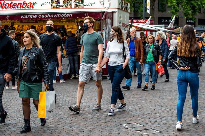 Drukte in de Utrechtse binnenstad, waar een mondkapje dragen tegen verspreiding van corona niet verplicht is.