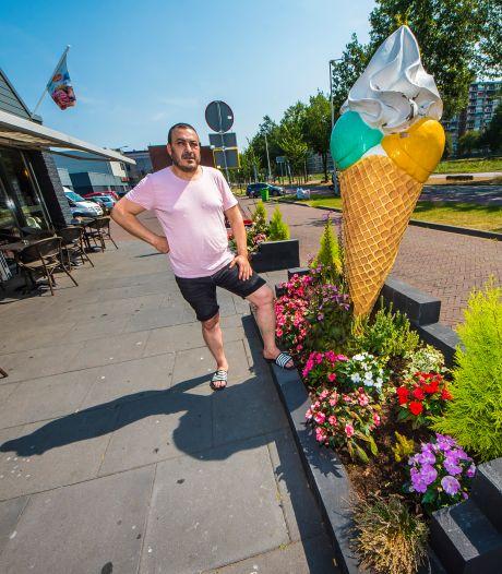 Enschedese ondernemer moet bloembakken voor zijn terras weghalen: 'Niemand heeft er toch last van?'