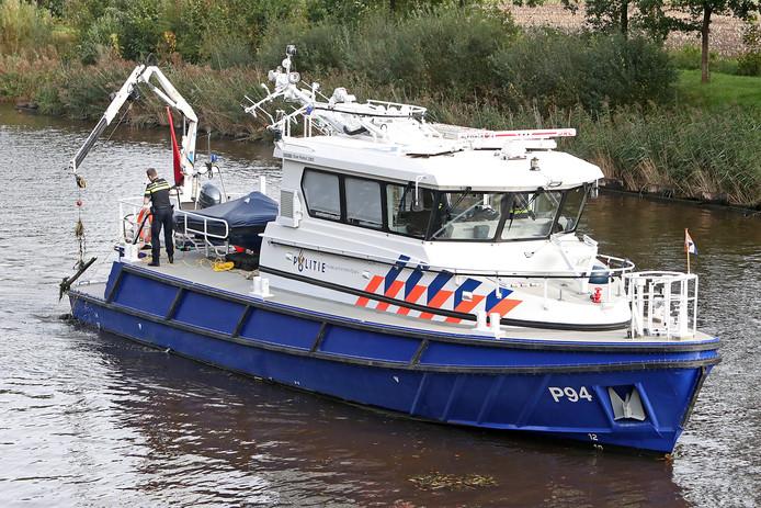 Lochem - Politie te water zoekt met sonar op het Twentekanaal thv de Mogenzompsweg naar het lichaam van een overboord geslagendekknechtEditie Lochem Foto Jan Houwers JH20171012