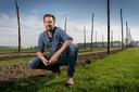 Aart Hol is deeltijdagrariër en wilde zijn veld wel gebruiken voor iets anders. Dat werd hop.