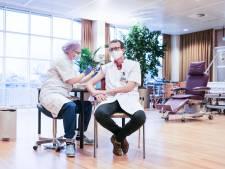 Longarts krijgt eerste prik in ziekenhuis Doetinchem: 'Net of je je laat vaccineren voor je op reis gaat'