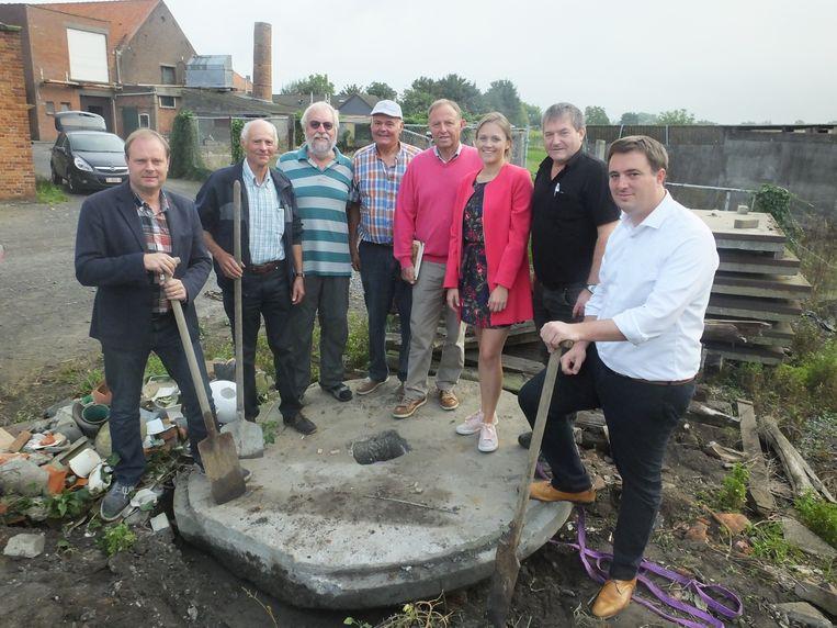 Op vraag van enkele inwoners uit Wontergem werd de molensteen opgegraven.