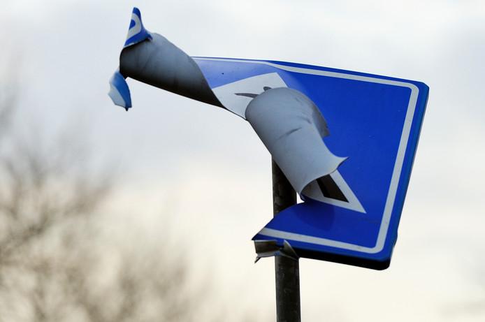 Een verkeersbord dat met vuurwerk is opgeblazen. Foto ter illustratie.