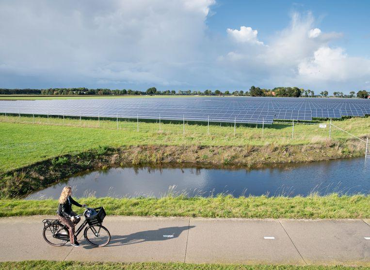 Een veld vol zonnepanelen bij bedrijvenpark de Munt in Emmeloord. Beeld Harry Cock / de Volkskrant