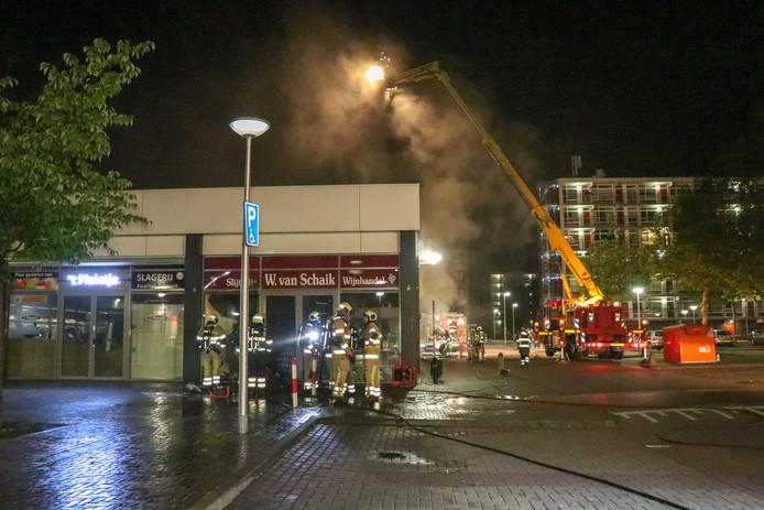 De brandweer moest de voordeur van de winkel open maken om bij de brandhaard te komen.