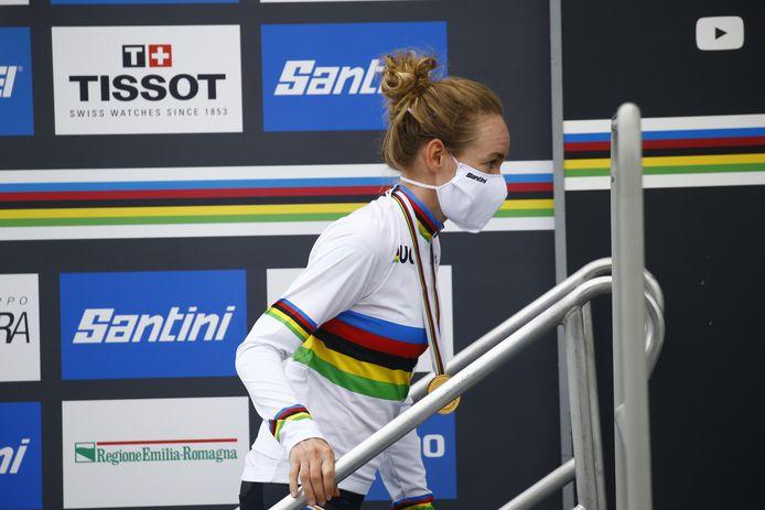 Anna van der Breggen in de regenboogtrui.