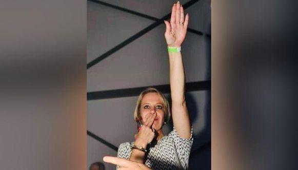 Oud-voorzitter Katrina Langlet werd in april uit haar functie ontheven, maar blijft aanwezig op de vergaderingen van het Vlaams Belang.