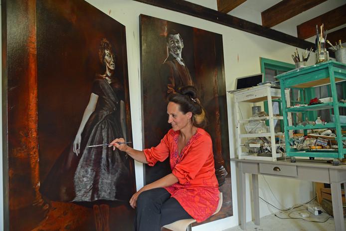 Laag voor laag bouwt Sil van Mil de doeken op in haar atelier. In fiZi werden de afgelopen twee weken ondertussen foyer en entree aangepakt