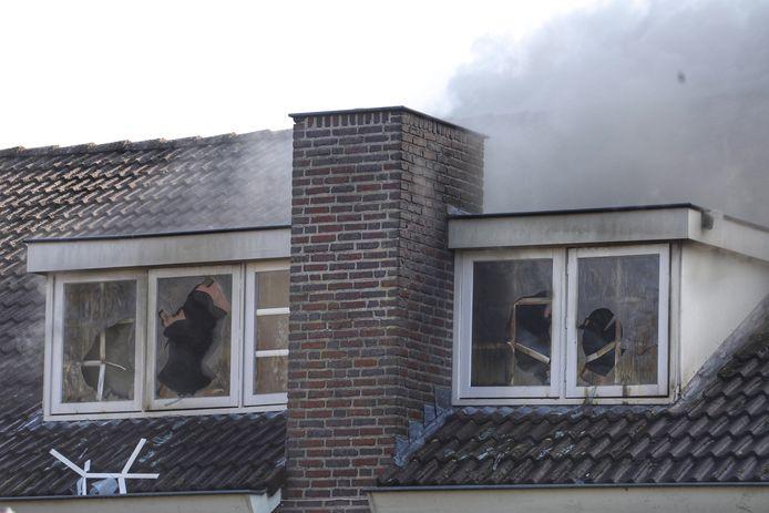 Door de hitte zijn ruiten gesmolten van de woning in Nistelrode